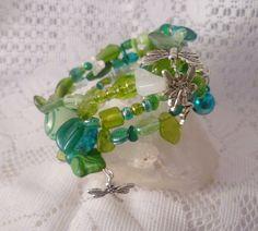 Zauberhafter, zarter Spiralreif, 4-fach mit einer Fülle an Kostbarkeiten:  Fragile, durchscheinende Elfenflügel aus Lucite, unterschiedlichste Glasblä