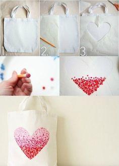 """Custo : le sac shopping  Voici un petit tuto sympa pour customiser un sac shopping avec trois fois rien.   Pour réaliser tout ça, il vous faut simplement un crayon avec gomme qui vous servira de tampon de """"fortune"""" et une peinture textile de la couleur de votre choix !"""