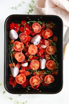Freshly cut tomatoes and red peppers drizzled with olive oil in a roasting tin Roast Tomato Soup Recipe, Roasted Tomato Soup, Tomato Soup Recipes, Red Pepper Soup, Stuffed Pepper Soup, Stuffed Sweet Peppers, Oven Roasted Tomatoes, Thyme Recipes, Cooking Recipes