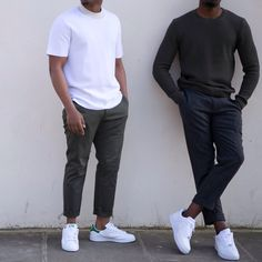 Links: wit t-shirt met donkergrijze regular fit chino, opgerold. En witte sneakers. Rechts: Donkergrijze trui met een donkerblauwe chino, en witte, lage sneakers. Rechts: grijze trui. Donkerblauwe pantalon, opgerold, en witte, lage sneakers.