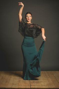 Flamenco skirt very confortable for flamenco lessons, flamenco shop online. Falda flamenca ideal para clases con godets y fajin. Flamenco Costume, Flamenco Skirt, Flamenco Dancers, Grey Pencil Skirt, Spanish Fashion, Ballroom Dance Dresses, Dance Wear, Poses, Fashion Beauty