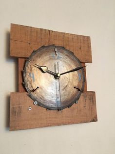 Rustic Reclaimed Wood Saw Blade Clock by RuggedSpokes on Etsy---not crazy about how they mounted it the saw clock on the wood but it does give me ideas---- Woodworking Shop, Woodworking Plans, Woodworking Projects, Into The Woods, Clock Art, Diy Clock, Articles En Bois, Wood Clocks, Pallet Art