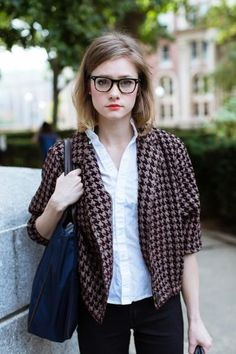 The geek chic style is somewhat similar to preppy since it goes for clean lines and simple silhouettes. Here's your ultimate guide in wearing geek chic clothes. Geek Chic Outfits, Geek Chic Fashion, Nyc Fashion, College Fashion, School Fashion, Campus Fashion, Luxury Fashion, Moda Geek Chic, Style École