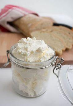 """Färskost gjord på turkisk yoghurt. Ett enkelt recept utan massa konstigheter, resultatet blir en fantastiskt god och krämig """"ost"""""""