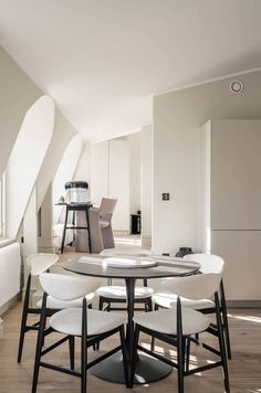 A beautiful Swedish attic home with contemporary furniture in white with black accents and a minimal kitchen #nordicinterior Dining Room Paint Colors, Dining Room Art, Dining Room Design, Modern Interior Design, Interior Design Living Room, Modern Decor, Dining Room Table Centerpieces, Dining Table, Minimal Kitchen