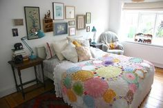 "Jo's ""Doily Delight"" Room: LOVE the bedspread! Would be easy to do. Doilies Crafts, Crochet Doilies, Bedding Inspiration, Ideias Diy, Granny Chic, Manta Crochet, Crochet Home, Bed Spreads, Repurposed"