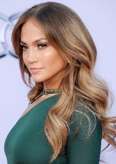 La melena rizada continúa en la cima del star system y una de sus mejores representantes en 2011 fue Jennifer Lopez. Ella le dio protagonismo con un maquillaje muy suave, enfatizado en las mejillas (besadas por el sol) y en las pestañas.