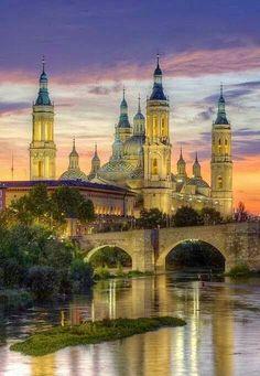 Zaragoza es el ciudad capital de Aragón, España. Uno de los edificios mas famoso es la Catedral-Basílica de Nuestra Señora del Pilar. Muchas crean que es la primera iglesia en historia dedicarse a la virgen María.