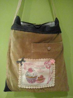 Bolso con bolsillo de chaqueta americana combinado con pantalón vaquero. Con aplicaciones de tela ilustrada, abalorios y puntilla. 60 €