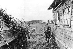 Un Panzer-Grenadiere progresse prudemment sous le couvert d'une maison, quelque part sur le front de l'Est. Un m.SPW recouvert de branchages lui fournit l'appui-feu de sa MG-34.