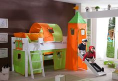 Schickes halbhohes Bett mit Rutsche und Turm, ein Abenteuespielplatz zum spielen und schlafen für jedes Kinderzimmer. Aus massiver FSC®-zertifizierter Buche, weiß lackiert .Inklusive Textilset (100% Baumwolle, bei 30° waschbar) bestehend aus 1-er Tunnel, 1 Turm, 1 Tasche und 1 Vorhang-Set. Höhe unter der Liegefläche 75 cm. Dieser Platz kann gut zum spielen oder als Stauraum genutzt werden. Die ...