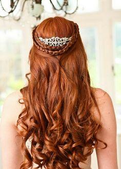 Hochzeitsfrisuren zum Nachmachen für die moderne Braut  - hochzeitsfrisuren zum nachmachen mit diadem und zöpfen