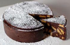Tort rapid de ciocolata cu biscuiti, fara coacere!  Tortul de biscuiti seamana la gust cu celebrul salam de biscuiti, dar in acest caz prezentarea e mai stilata, chiar festiva.  Reteta care urmeaza este cea de baza, dar
