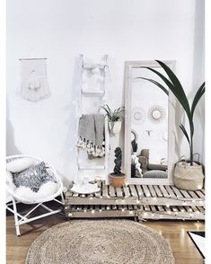 GAH Love this style room.... so chic! The twinkling lights are a great simple addition to make the room even cuter! Home decor | home interior | bedroom | shabby chic