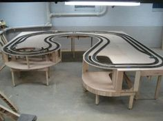 Zach's M. Rail King Layout - Curved and Custom Benchwork Ho Scale Train Layout, Ho Train Layouts, Ho Scale Trains, Ho Trains, Ho Model Trains, Train Ho, Model Railway Track Plans, Train Platform, Train Table