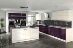 cuisine moderne avec îlot central et armoires blanches et couleur aubergine