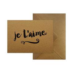 Wenskaart - Je t'aime  #kaart #kraft #A6 #typografie #recycle #quote #grafisch #ontwerp #design #envelop #papier #bruin #karton