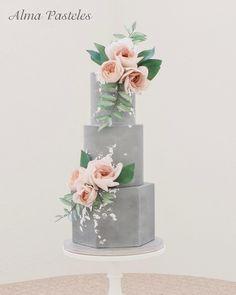 Urban chic wedding cake with a washed concrete look #wedding2018 #weddingcake #weddingplanner #hochzeitstorte #hochzeit2018 #hochzeitsplanung #bride2018 #braut2018 #novia #tortendekoration #tortenliebe #cakedecorating #cakedecoration #styledshoot @das_hochzeitswerk