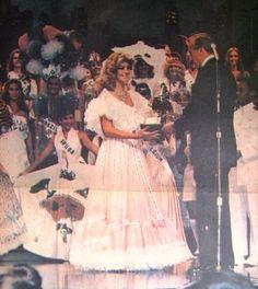 Irene Sáez Conde, Miss Universo 1981, recibió el trofeo por el segundo lugar obtenido en la competencia de Trajes Típicos, luciendo un espectacular vestido llanero en Rosado con enormes Faralaos de Color Blanco.
