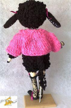 Bééé Nina, toda revestida com lã penteada em cordão  com a aplicação de técnica de  feltragem a seco Criação e execução: Lígia Mattos