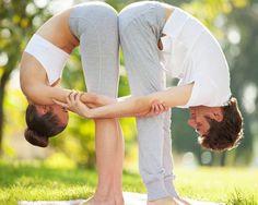 Celebra San Valentín con estas posturas de yoga en pareja - Foto 2