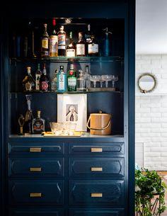 Trendy Home Bar Speicherideen einrichten - Little Glass Jar Home. Home Bar Sets, Bar Set Up, Bars For Home, Dresser Bar, Armoire Bar, Modern Kitchen Cabinets, Kitchen Cabinet Design, Navy Kitchen, Bar Cabinets