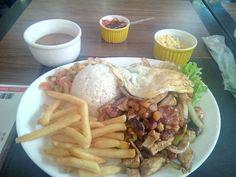 No geral um lugar muito bom pra comer bem, sem muita frescura, um prato diferente e muito bom, mas a coisa para por aí, o atendimento não é lá essas coisas e a casa é bem simples que não tem nada demais...  #EspetoMisto #ContraFilet #bacon #calabresa #frango #cebola #pimentao #arroz #fritas #vinagrete #farofa #almoco #comida #lanchonete #LanchoneteDartagnan  Espeto misto à brasileira - R$28,90 em Lanchonete D'artagnan