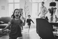 Zusammen mit der Familienfotografin Chiara Doveri haben wir einfach umzusetzende Foto-Tipps für schöne Familienfotos im bunten Familienalltag gesammelt.