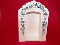 Oratório pequeno para decoração de sua casa. <br> Linda peça branca com detalhes em decoupage de flores azuis.