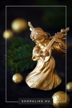 Sokak számára a Télapó-figurák mellett az angyalkák jelképezik a karácsonyt. Ezért érdemes a karácsonyi dekorációba beiktatni egy-két angyalfigurát is. A kínálat a gyerekszerű angyalkáktól egészen a mívesen megmunkált porcelán angyalokig terjed., ráadásul a kézműves, fenntartható anyagból, például fából vagy szalmából készült angyalok is kedveltek. Színek tekintetében a fehér a leggyakoribb, az arany figurákkal pedig glamúros hatást érhetsz el. #karácsonyidekoráció #angyalfigura #karácsony