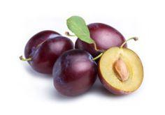 Prugne sottospirito.  Per leggere la ricetta: http://myhome.bormioliroccocasa.it/myhome/it/home/catalogo/quattro-stagioni/ricette-estate/prugne-sottospirito.html