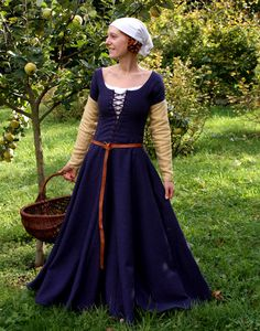 Frontlace kirtle, pin on sleeves, chemise and simple head kerchief/cloth