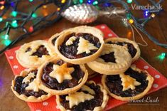 Traditional sweet mince pies served during the Christmas season in the English-speaking world. They are filled with dried spicy fruits. Fruit Mince Pies, Dessert Recipes, Desserts, Waffles, Spicy, Sweets, Cookies, Chocolate, Breakfast