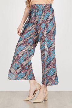 Jual beli KULOT BATIK JASMINE IN BLUE di Lapak Galeri Sandang - kartikawibisono. Menjual Celana Panjang - Penampilan akan lebih cantik jika mengenakan celana ini Motif batiknya menambah penampilan menjadi feminin. Selaraskan dengan atasan tanpa lengan dan heels warna netral Ukuran Hanya Satu Rincian Ukuran & Fit Lingkar Pinggang : 56-86 Cm Lingkar Pinggul : 100 Cm Panjang : 92 Cm Tinggi Model : 173 Cm Bahan : Cotton Perawatan : Gunakan Detergen Lembut Jangan memakai Pemutih Setrika Suhu... Kulot Batik, Batik Kebaya, Batik Pattern, Woman Outfits, Ikat, Jasmine, Parachute Pants, Harem Pants, Clothes For Women