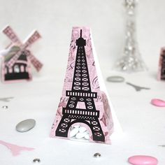 La Tour Eiffel comme contenant à dragées pour un thème Paris,  une originalité indispensable à votre cérémonie de mariage : Romance Parisienne  Offrez les traditionnelles dragées aux amandes dans cette Tour Eiffel pour surprendre vos invités.
