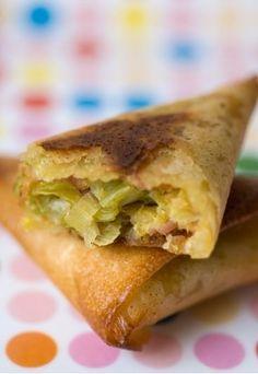 Lauch-Thunfisch-Brickteigtaschen - Brickteig Rezepte - Fisch und Gemüse sind gesund - und lecker! Zwei gute Gründe also, beides in eine leckere Teigtasche, die berühmten Samosa, zu packen. Für 4 Personen: 10 Filo- oder Brickteig-Blätter...