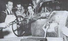JK, recém eleito, opera a caldeira de fundição para produzir o primeiro bloco de motor da Sofunge destinado à Mercedes Benz do Brasil (21/12/1955). É a nova arrancada da indústria nacional.