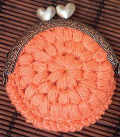 Aprende a hacer un monedero redondo con boquilla de ganchillo con forro de tela paso a paso. Tienda: www.mundolabores.com Blog: http://www.mundolabores.com/b...