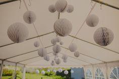Honeycomb balls, rustic wedding decoration // Kennopalloja rustiikkisissa syyshäissä Uunisaaressa