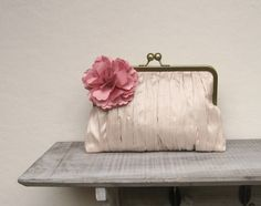 Diese schöne Tasche ist 100% Handarbeit. Es wäre perfekt für Bräute oder Brautjungfern. Ich habe diese Tasche von Pfirsich handgewebte Seide und fügte hinzu, die schönen Rüschen von Hand. Es hat...