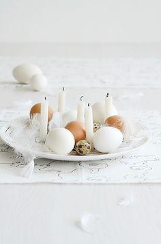Centro de mesa minimalista com ovos e velas naturais | Eu Decoro