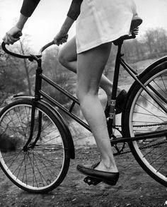 Fotos antiguas de Nina Leen  para la revista LIFE en Estados Unidos en 1945: Típica chica americana en bicicleta.