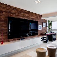 Living com tv, muito charmoso , valorizado pela integração com a varanda e pela parede em tijolo rústico . Projeto @patyfranco72 e @claudia_pimenta