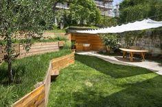 murs de soutènement en bois massif, mobilier de jardin assorti et pelouse
