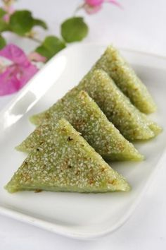 Xôi Vị Lá Dứa Đậu Xanh (Pandan and Coconut Sweet Rice with Star Anise and Mung Bean Filling)