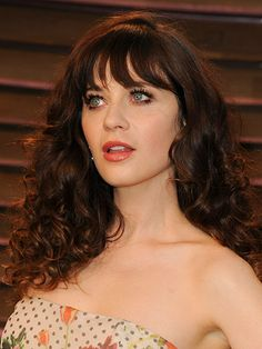 Zooey Deschanel attends the 2014 Vanity Fair Oscar Party hosted by Graydon Carter on March 2014 in West Hollywood, California. Zooey Deschanel Hair, Emily Deschanel, Jessica Day, Celebrity Beauty, New Girl, Dark Hair, Hair Inspiration, Wedding Hairstyles, Curly Hair Styles