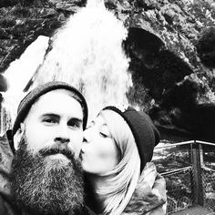 Großartig, nicht? Das sind @basti_ginger_beard und @wakawari. Auf diesem Bild war Bastis Bart ca. 8 Monate alt. Er pflegt ihn morgens mit Bartbalsam und abends mit Bartöl. Außerdem kämmt er ihn regelmäßig erst mit einem groben, dann mit einem feineren Kamm aus Holz. Wir finden: Weiter so. :-{) #blackbeards #beard #beards #bearded #beardgang #beardlife #beardo #beardlove #beardporn #beardman #bartmann #beardy #beardenvy #beardlover #beardedman #beardsofinstagram #beardcare #beardsandtattoos…