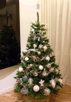 adornos muy bonitos en blanco y plata para decorar el árbol de navidad