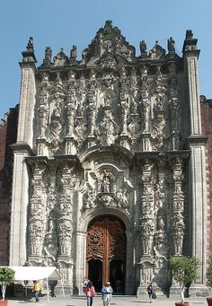 La Catedral Metropolitana de la Asunción de María (Ciudad de México). It is the largest cathedral in the Americas and seat of the Roman Catholic Archdiocese of Mexico. The cathedral was built in sections from 1573 to 1813 around the original church that was constructed soon after the Spanish conquest of Tenochtitlán, eventually replacing it entirely.