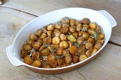 W końcu udało mi się znaleźć idealny przepis na pieczone ziemniaki! Dzięki zastosowaniu kaszki manny ziemniaki mają pyszną, idealnie chrupką panierkę. Wypróbujcie ten przepis a nie wrócicie już do zwykłych ziemniaków ;-) Dog Food Recipes, Cooking Recipes, Polish Recipes, Chana Masala, Grilling, Salads, Food And Drink, Veggies, Health Fitness
